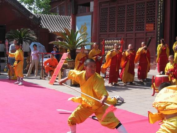 Demonstrating_Kung_Fu_at_Daxiangguo_Monestary,_Kaifeng,_Henan